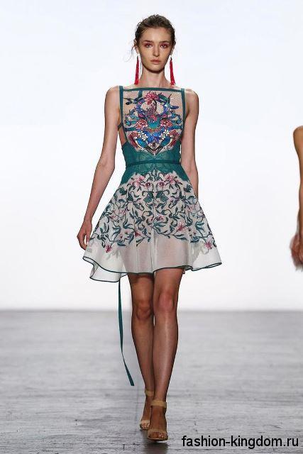 Короткое шифоновое платье бирюзового тона с цветочной вышивкой, без рукавов, с акцентом на талии от Tadashi Shoji.