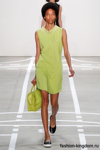 Летнее платье салатового цвета, прямого покроя, длиной выше колен, без рукавов из коллекции Telfar.