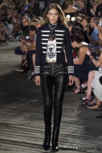 Узкие кожаные брюки черного цвета в сочетании с темно-синим жакетом в стиле милитари от Tommy Hilfiger.