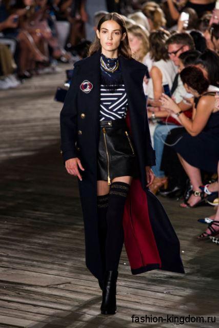 Длинное пальто черного цвета, приталенного фасона, на пуговицах, с высоким разрезом от Tommy Hilfiger.