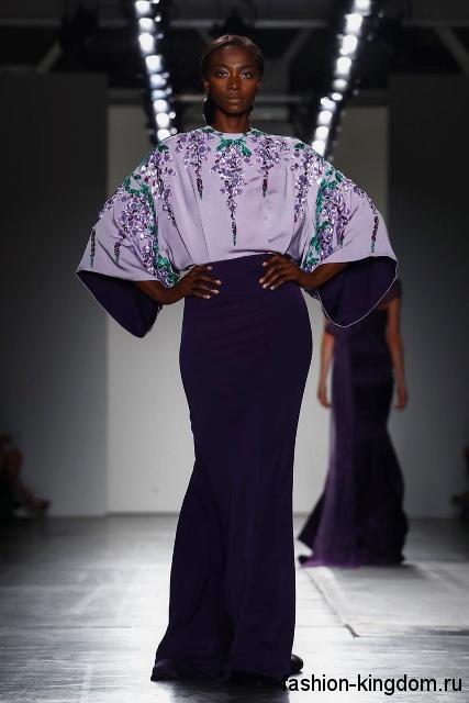 Длинное вечернее платье фиолетовой расцветки, с широкими рукавами, декорированное вышивкой от Zang Toi.