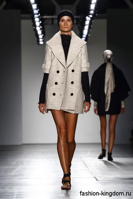 Короткое двубортное пальто бледно-серого цвета, прямого фасона, с рукавами до локтей из коллекции Zang Toi.