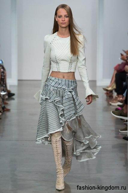 Асимметричная юбка-миди серого цвета, с оборками в тандеме с короткое белой блузой от Zimmermann.