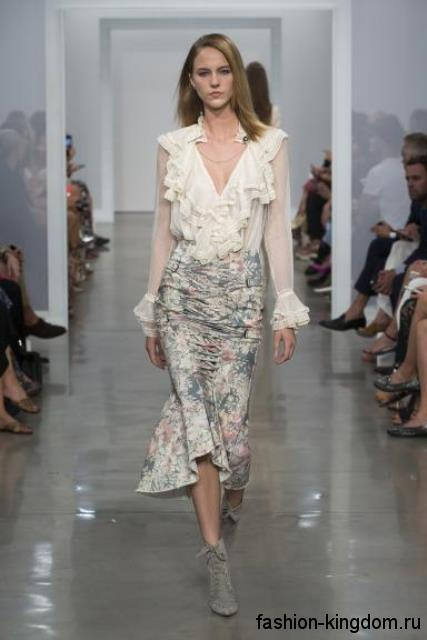 Тонкая белая блузка с длинными рукавами, жабо и V-образным вырезом в сочетании с юбкой-миди серого цвета от Zimmermann.