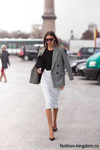 Светло-серая юбка-миди кроя карандаш дополнит классический серый пиджак и черную блузку.