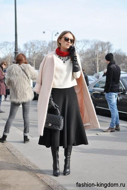 Черная юбка-миди трапециевидного фасона в сочетании с осенним бежевым пальто.