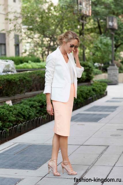 Офисная юбка-миди прямого кроя, персикового цвета в сочетании с белым пиджаком.