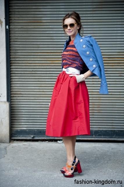 Красная юбка-миди свободного кроя, с белым ремешком в тандеме с коротким синим пиджаком.