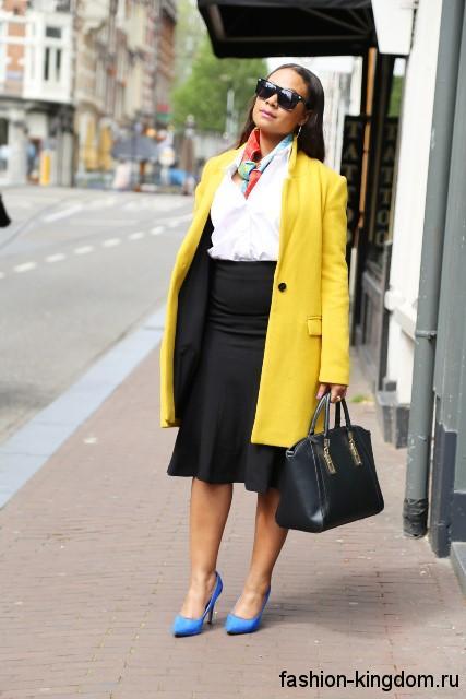 Черная юбка-миди трапециевидного фасона, с высокой талией для офисного стиля.