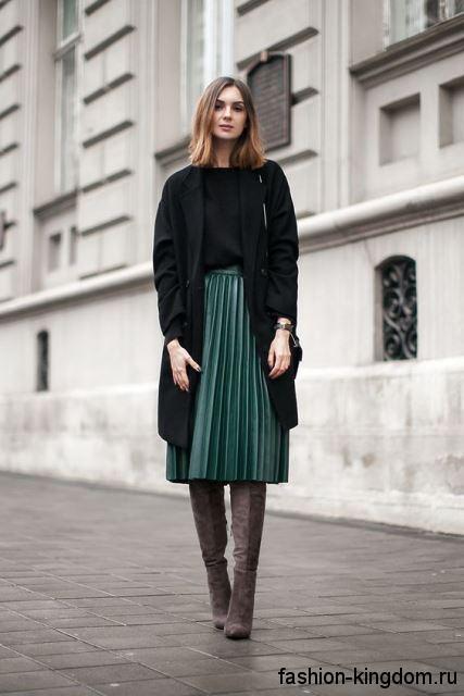 Юбка-плиссе длиной миди, зеленого цвета, с высокой талией сочетается с демисезонным черным пальто.