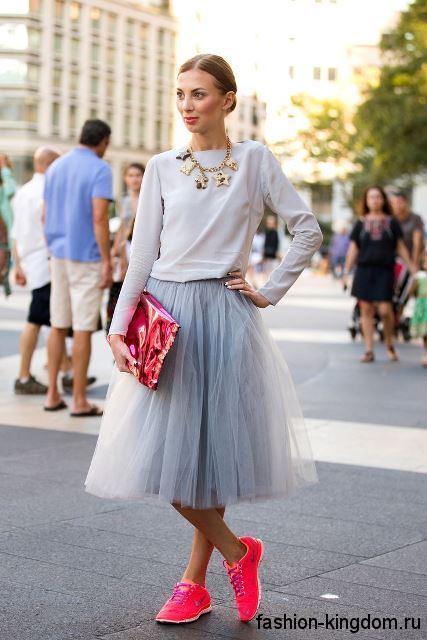 Пышная юбка-миди светло-серого цвета сочетается с кофточкой бледно-серого оттенка.
