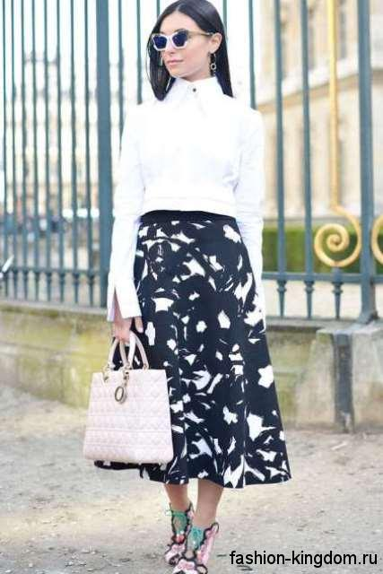 Офисный образ с юбкой-миди черно-белой расцветки в сочетании с классической белой блузкой.