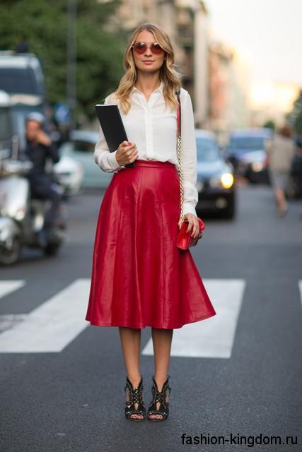 Кожаная юбка-миди красного цвета, трапециевидного силуэта в сочетании с белой блузкой.