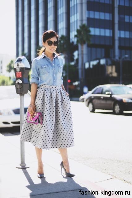 Юбка-миди белого цвета в черный горошек, в стиле ретро, с высокой талией в тандеме с джинсовой рубашкой.