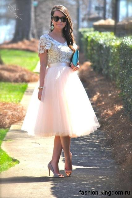 Пышная юбка-миди бежевого цвета, с завышенной талией сочетается с ажурной бежевой блузкой.