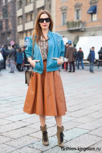 Осенняя юбка-миди оранжевого цвета, с высокой талией в тандеме с короткой голубой курткой.
