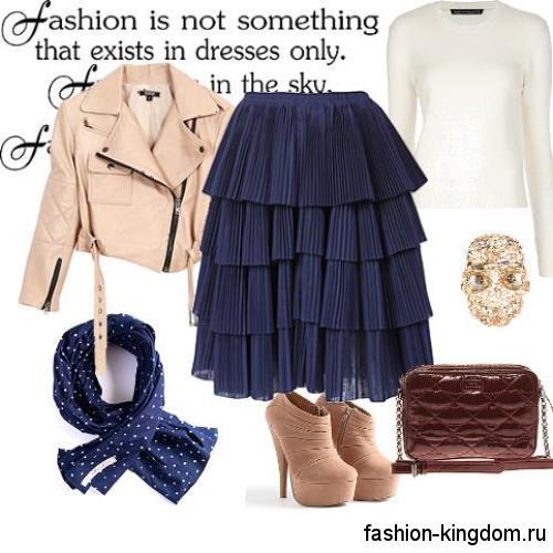 Гипюровая юбка-миди синего цвета сочетается с короткой кожаной курткой бежевого тона.