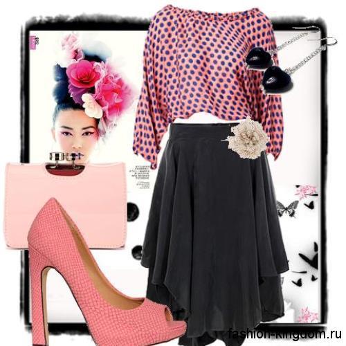 Асимметричная юбка-миди черного цвета в тандеме с короткой блузкой розового тона в черный горошек.