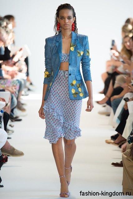 Летняя юбка-миди голубого тона с цветочным принтом, с оборками и пояском от Altuzarra.
