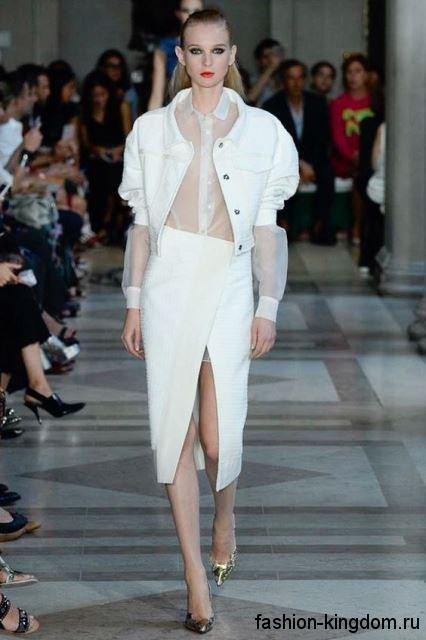 Белая юбка-миди прямого кроя, с высоким разрезом в сочетании с короткой белой курткой от Carolina Herrera.