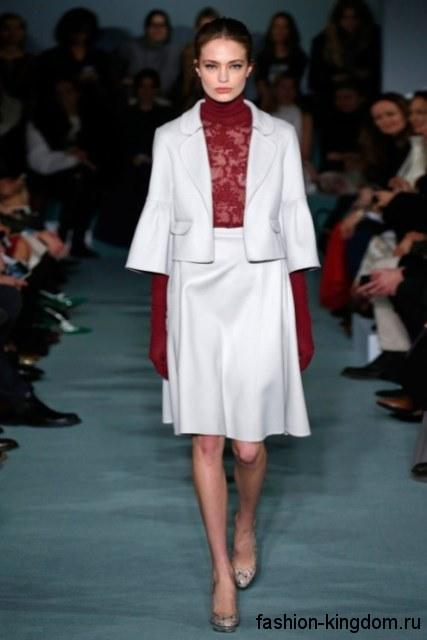 Женский костюм белого цвета с юбкой-миди и коротким пиджаком из коллекции Oscar de la Renta.