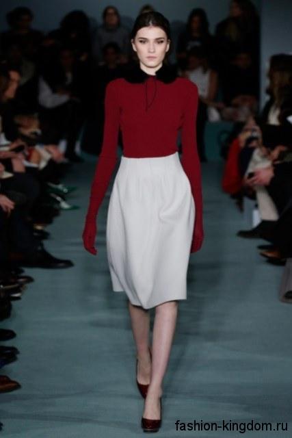Белая юбка-миди с высокой талией в сочетании с красной блузой от Oscar de la Renta.