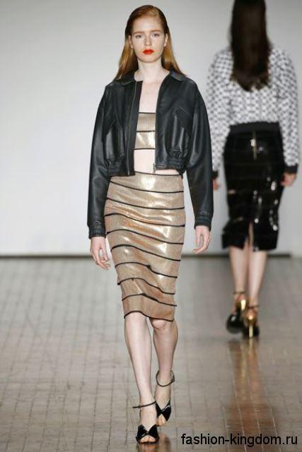 Юбка юбка-миди золотистого цвета в тандеме с топом в тон из коллекции Reinaldo Lourenco.