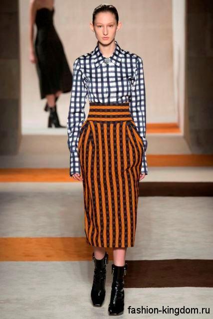 Юбка-миди прямого покроя, оранжевого цвета в черную полоску, с завышенной талией от Victoria Beckham.