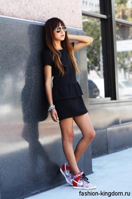 Разноцветные сникерсы на шнуровке дополнят короткое черное платье приталенного фасона.