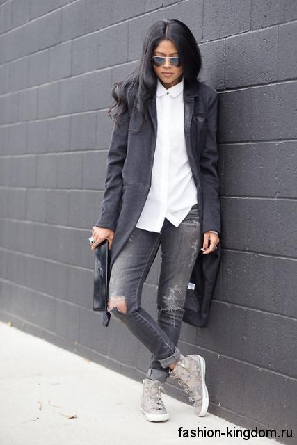 Сникерсы серебристого цвета, с ремешками сочетаются с демисезонным пальто черного цвета.