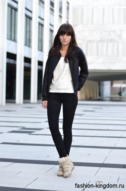 Массивные сникерсы бежевого цвета на липучках в сочетании с узкими черными брюками и короткой кожаной курткой.