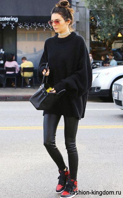 Кожаные сникерсы красно-черной расцветки, на шнуровке в сочетании с узкими кожаными брюками черного тона.