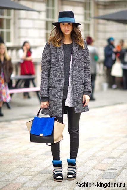 Зимние сникерсы черного цвета со вставками синего и серого тона в тандеме с коротким серым пальто.