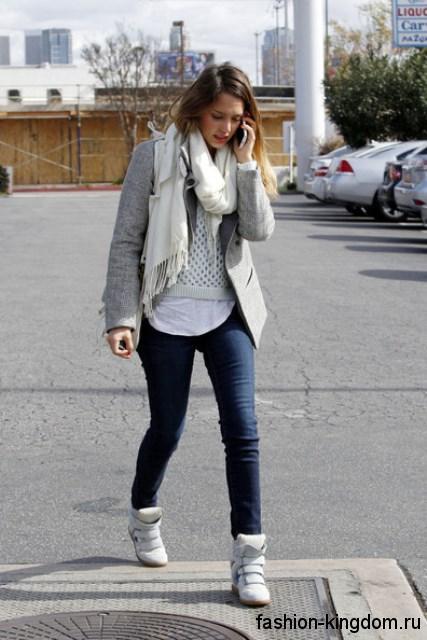 Белые зимние сникерсы на липучке сочетаются с узкими джинсами и коротким пальто серого цвета.
