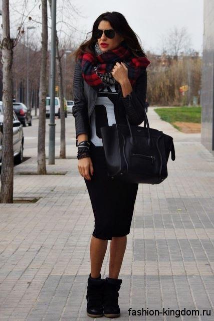 Массивные черные сникерсы сочетаются с юбкой-карандаш черного цвета и кожаной черной курткой.