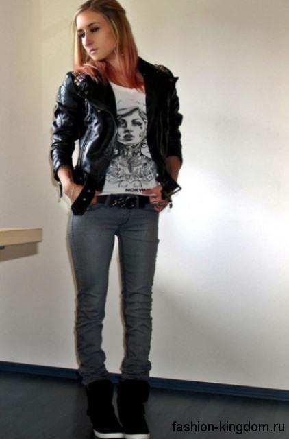 Женские сникерсы черного цвета в сочетании с джинсами серого тона и кожаной черной курткой.