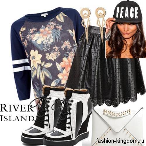 Сникерсы на платформе черно-белой расцветки, со шнуровкой в тандеме с кожаной юбкой-мини и синей кофточкой.