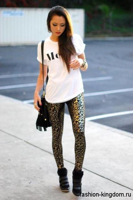 Черные сникерсы на липучке и платформе сочетаются с леггинсами леопардовой расцветки и белой футболкой.