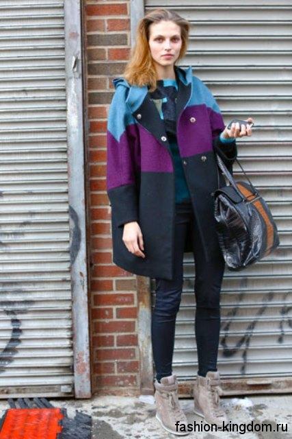 Зимние сникерсы серого цвета на шнуровке сочетаются с пальто серного тона с цветными вставками.