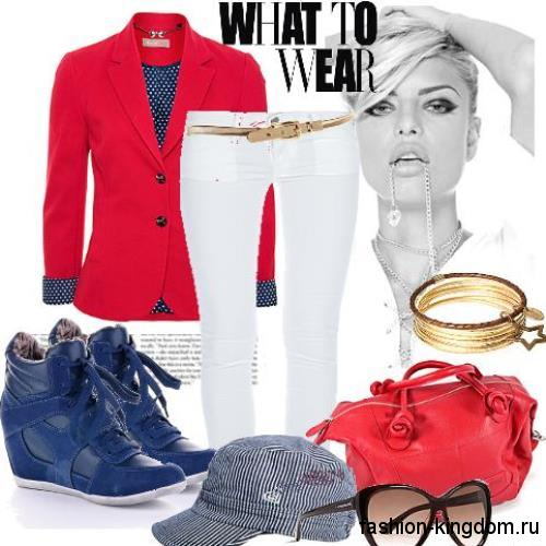 Зимние сникерсы синего цвета на шнуровке сочетаются с белыми брюками и пиджаком красного тона.