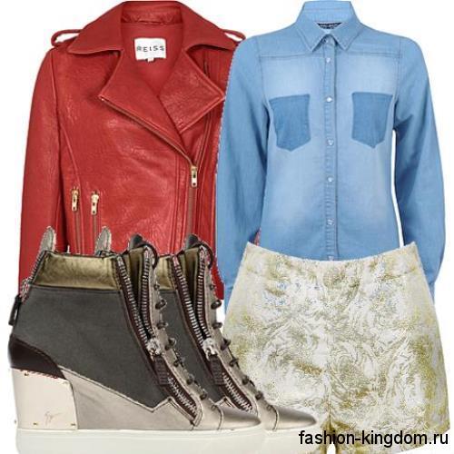 Сникерсы серого тона на платформе, со шнуровкой и молнией в тандеме с золотистыми шортами и джинсовой рубашкой.