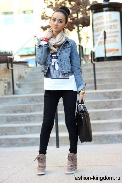 Сникерсы серого цвета на шнуровке и платформе в сочетании с черными брюками и короткой джинсовой курткой.