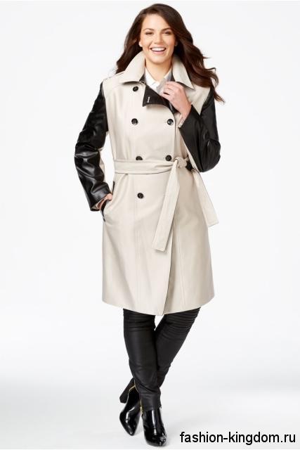 Тренчкот белого цвета с кожаными черными рукавами, длиной до колен, с тонким пояском для полных женщин.