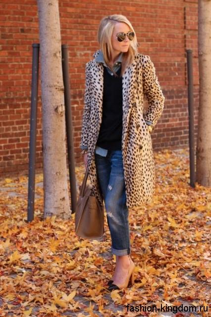 Тренчкот леопардовой расцветки, приталенного фасона, длиной до колен в сочетании с джинсами-бойфрендами.