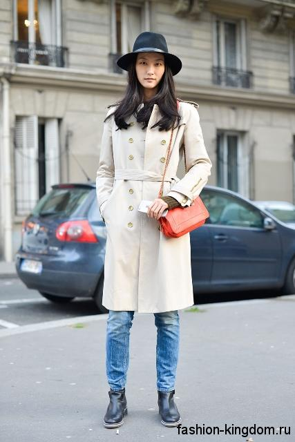 Белый тренчкот прямого покроя, с пояском сочетается с джинсами и кожаными ботинками.