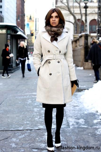 Зимний тренчкот белого цвета, длиной чуть выше колен, с поясом в сочетании с белыми туфлями на каблуке.