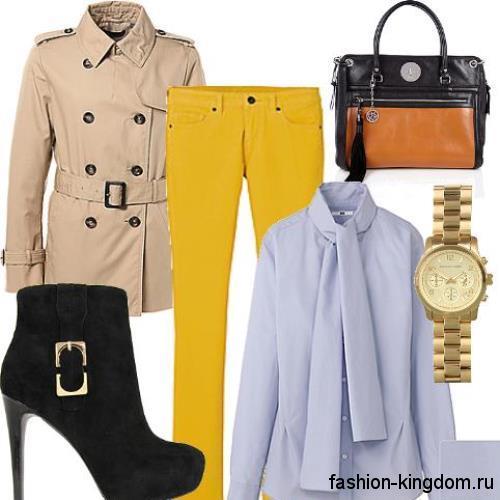 Короткий тренчкот бежевого цвета, с широким поясом сочетается с желтыми брюками и ботильонами черного тона на каблуке.