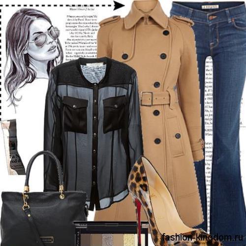 Длинный тренчкот бежевого цвета, приталенного фасона, с поясом сочетается с синими джинсами-клеш.
