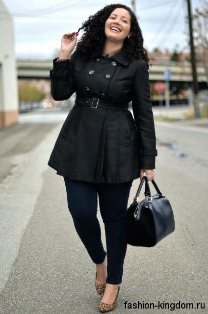 Весенний тренчкот черного цвета для полных, длиной выше колен, с пояском и акцентом на талии.