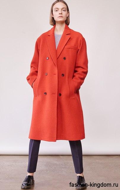 Тренчкот красного цвета, свободного силуэта, длиной чуть ниже колен из коллекции Elizabeth and James.